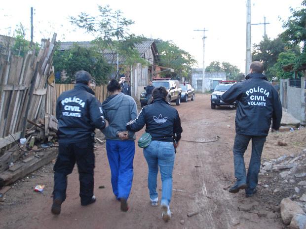 Armas e cerca de R$ 10 mil em dinheiro foram apreendidos - Crédito: Foto: Divulgação/Polícia Civil Rio Grande do Sul