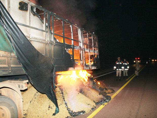 Carreta carregada com quase 38 toneladas de soja pega fogo - Crédito: Foto: PC de Souza/Edição de Notícias