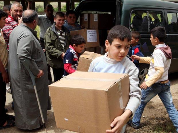 Após fugirem da violência na Síria, famílias de refugiados em Boqaya, norte do Líbano, recebem mantimentos e ajuda humanitária nesta terça-feira - Crédito: Foto: Reuters