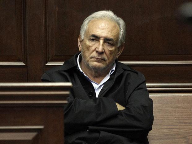 O diretor-gerente do FMI, Dominique Strauss-Kahn, espera para ser ouvido diante de tribunal nesta segunda-feira - Crédito: Foto: AP