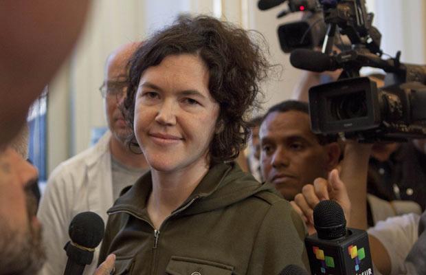 A jornalista americana Clare Morgana Gillis, que estava presa na Líbia, chega a hotel em Trípoli nesta quarta-feira - Crédito: Foto: AP