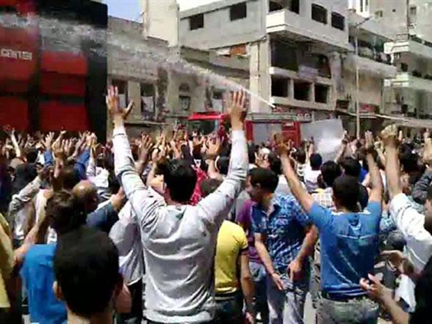 Canhão de água dispersa manifestantes antigoverno em protesto em Banias, em data não confirmada - Crédito: Foto: AP