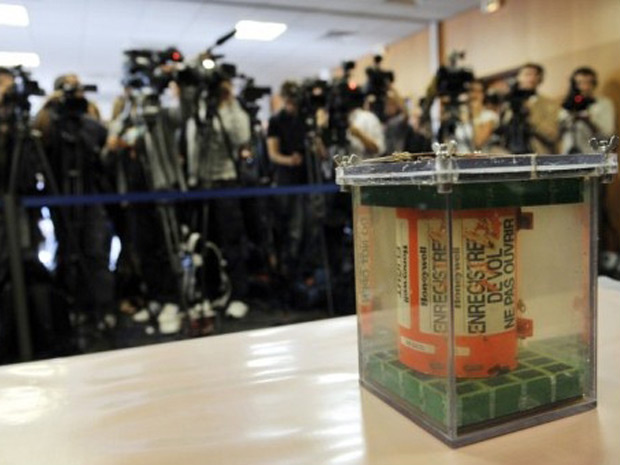 Uma das caixas-pretas do voo 447 é apresentada à imprensa durante entrevista coletiva em 12 de maio em Paris - Crédito: Foto: Mehdi Fedouach / AFP
