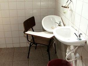 Carteira serve de suporte para pia quebrada em banheiro de escola - Crédito: Foto: Reprodução/ TVBA