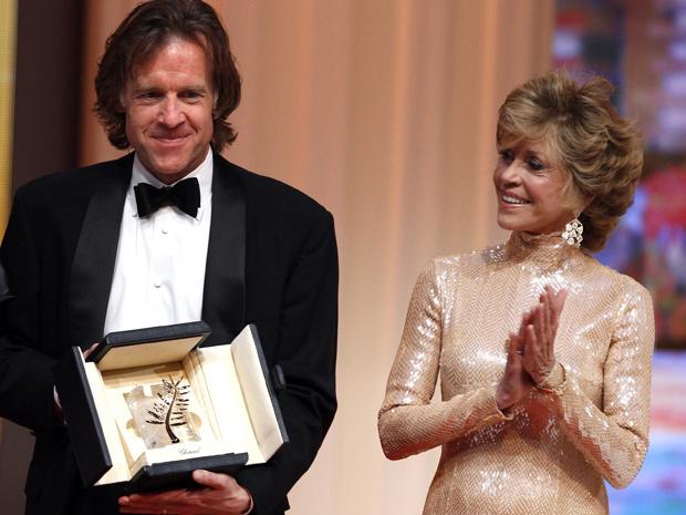 """O produtor Bill Pohlad, de \""""A árvore da vida\"""", recebe a Palma de Ouro das mãos da atriz Jane Fonda neste domingo - Crédito: Foto: Reuters"""