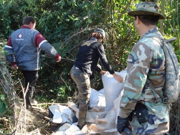 Policiais paraguaios durante a operação; nos detalhes maconha e a incineração - Crédito: Foto: Senad