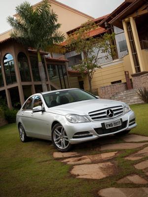 Mercedes-Benz Classe C tem mudanças estéticas e câmbio de sete marchas - Crédito: Foto: Divulgação