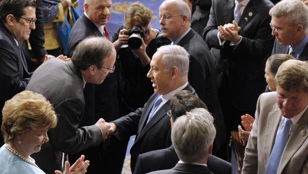 O premiê de Israel, Benjamin Netanyahu, cumprimenta parlamentares americanos nesta terça-feira - Crédito: Foto: AP