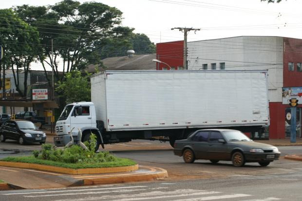 Mesmo proibidos, caminhões circulam diariamente pelo centro de Dourados - Crédito: Foto : Hedio Fazan/PROGRESSO