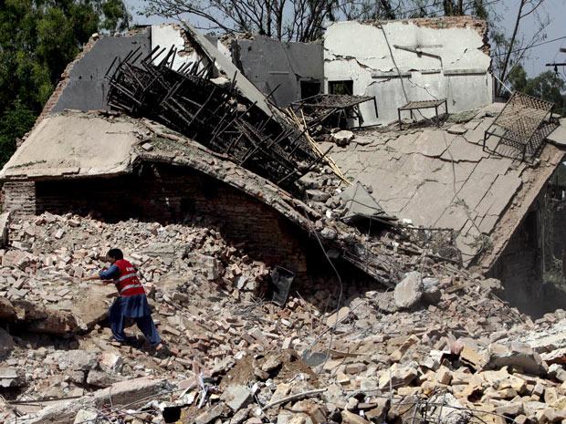 Integrante de tribo durante combates em Sanaa, capital do Iêmen, nesta terça-feira - Crédito: Foto: AP