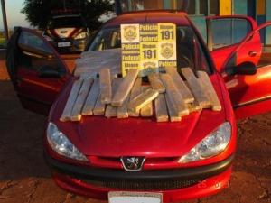 Droga foi encontrada em porta-malas e banco traseiro - Crédito: Foto: Divulgação/PRF