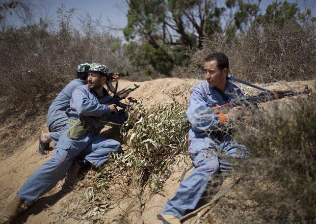 Rebeldes líbio durante combate próximo a Misrata nesta quinta-feira - Crédito: Foto: AP