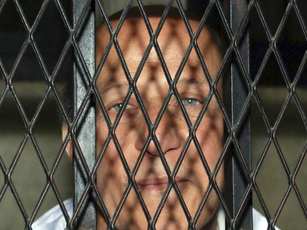 Em foto de 23 de fevereiro de 2011, Ahmed al-Maghrabi é visto chegando em um veículo policial após ser preso no Cairo - Crédito: Foto: Reuters
