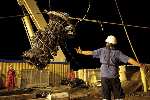 Turbina do Airbus do voo 447 é retirada do mar em 8 de maio - Crédito: Foto: Divulgação/BEA