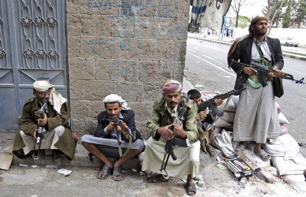 Integrantes de tribo durante combates com forças pró-governo nesta quinta-feira - Crédito: Foto: AP