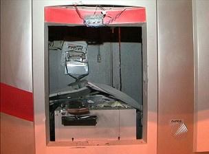 Parte da estrutura interna de um dos caixas foi destruída - Crédito: Foto: Reprodução/TV Bahia