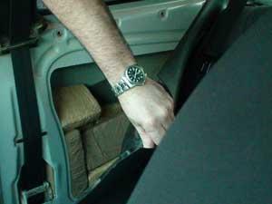 Droga estava escondida nas laterais de um carro  - Crédito: Foto: Polícia Federal/Divulgação