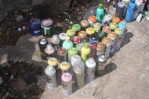 Sprays de tinta agora só podem ser vendidos para maiores de 18 anos. Na foto, material apreendido com pichadores em MG - Crédito: Foto: Guarda Municipal de Belo Horizonte/Divulgação