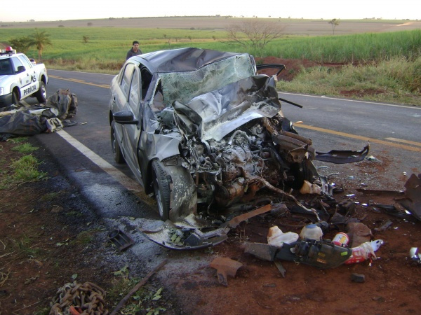 Veículo bateu na traseira de carreta. - Crédito: Foto : S.Bronka