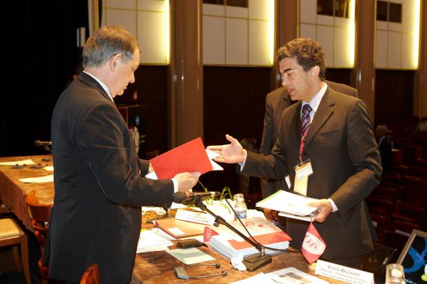 Deputado Marçal Filho no momento em que entregava documentos a Bernard Vallat, da OIE - Crédito: Foto: Divulgação