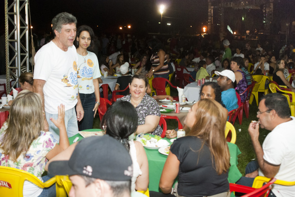 Prefeito percorre a praça de alimentação durante a Festa do Peixe  Foto: Assecom -