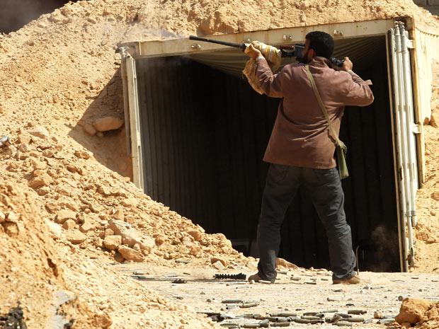 Rebelde líbio durante combate nesta sexta-feira - Crédito: Foto: AP