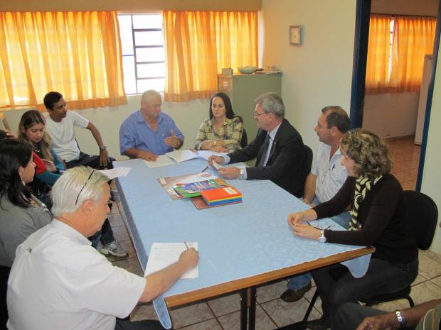 Geraldo ouve reivindicações da comunidade da Escola Padre André Capelli - Crédito: Foto: Ricardo Minella