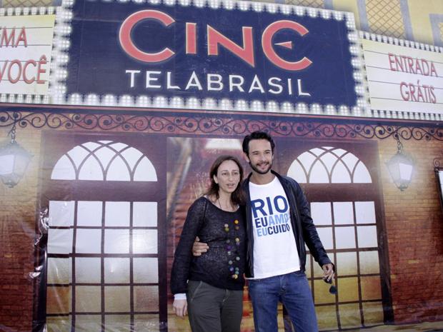 Rodrigo Santoro e a diretora Laís Bodanzky no lançamento do Cine Tela Brasil, no Complexo do Alemão, no Rio de Janeiro, nesta segunda-feira - Crédito: Foto: Roberto Filho/AgNews