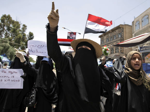Mulheres protestam contra o governo do Iêmen nesta segunda-feira - Crédito: Foto: AP