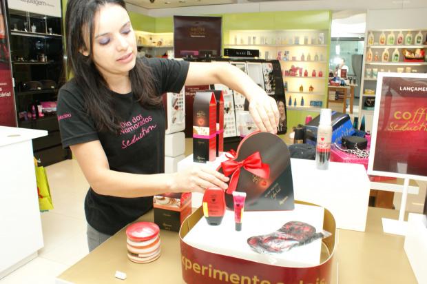 Vitrines no comércio de Dourados já estão decoradas para o Dia dos Namorados - Crédito: Foto: Hedio Fazan/PROGRESSO