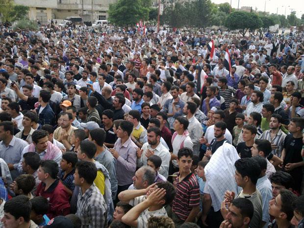 Manifestantes antigoverno protestam na cidade síria de Tabliseh em 27 de maio - Crédito: Foto: AP
