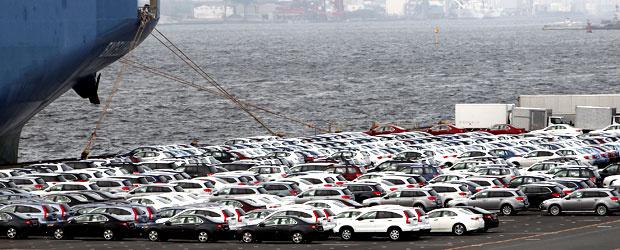 Carros esperam para serem enviados ao exterior no porto de Yokohama - Crédito: Foto: Shizuo Kambayashi/AP
