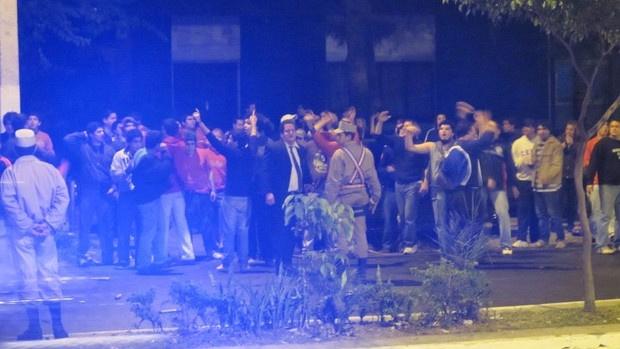 Torcida do Cerro faz barulho em frente ao hotel do Santos - Crédito: Foto: Adilson Barros / Globoesporte.com