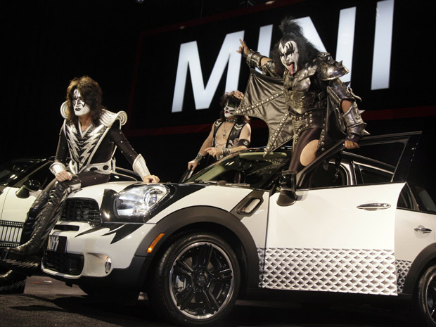 Integrantes do Kiss divulgam o Mini customizado no Salão de Nova York - Crédito: Foto: Richard Drew/AP