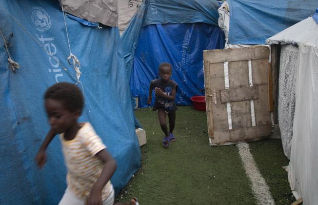 Crianças brincam em campo de refugiados pelo terremoto em Porto Príncipe, capital do Haiti, nesta terça-feira - Crédito: Foto: AP