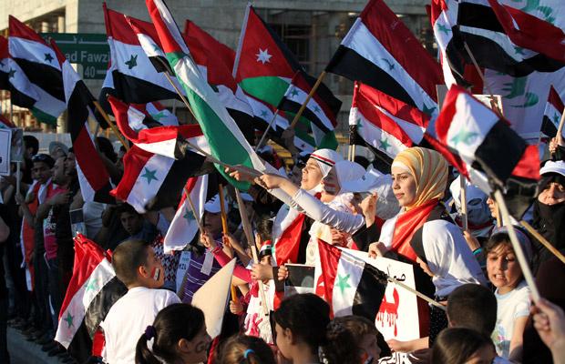 Sírios protestam contra o governo de Assad nesta quarta-feira - Crédito: Foto: AP
