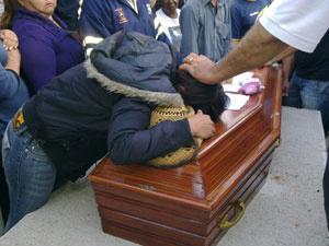 Vírginia, irmã do ex-BBB, chora durante enterro  - Crédito: Foto: Luciana Bonadio/G1