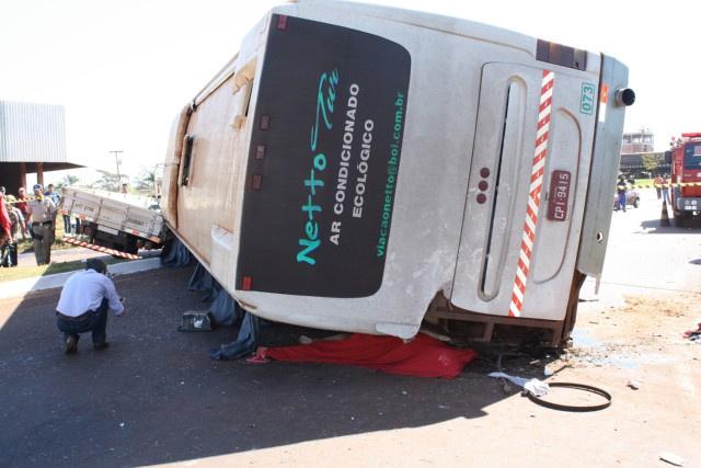 Onibus Capotou com 29 pessoas, após bater no caminhão Foto: Sidnei Lemos - Bronka -