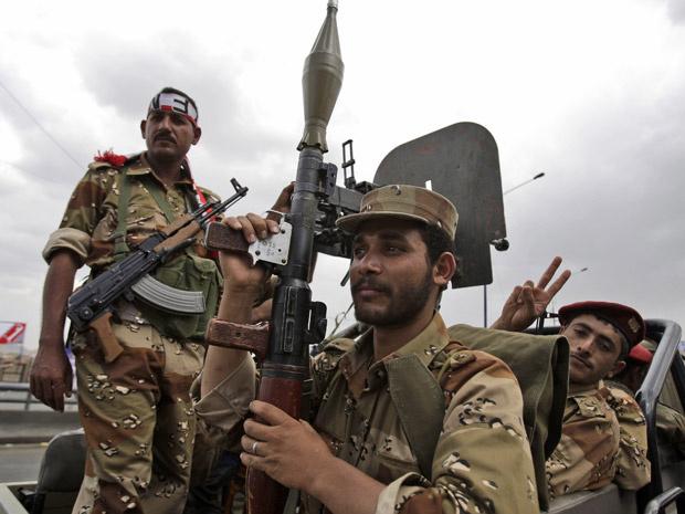 Soldados fazem segurança de protesto antigoverno nesta sexta-feira - Crédito: Foto: AP