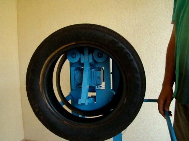 Scherer inventou máquinas simples para viabilizar reutilização de pneus - Crédito: Foto : Divulgação