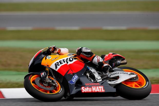 Stoner domina GP da Catalunha e vence terceira na temporada -