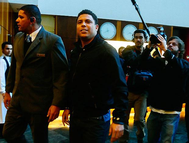 Ronaldo na chegada ao hotel para receber a homenagem - Crédito: Foto: Marcos Ribolli / GLOBOESPORTE.COM