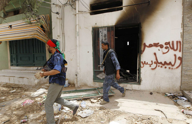 Rebeldes inspecionam lojas na cidade de Yafran nesta segunda-feira - Crédito: Foto: AFP