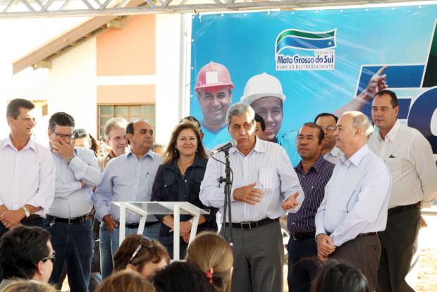 André Puccinelli discursa durante entrega de casas em Nova Andradina - Crédito: Foto : Rachid Waqued