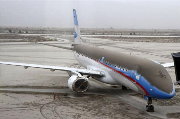Avião da companhia aérea Austral coberto de cinzas do vulcão no aeroporto San Carlos de Bariloche, na Argentina, em foto de segunda-feira - Crédito: Foto : Reuters