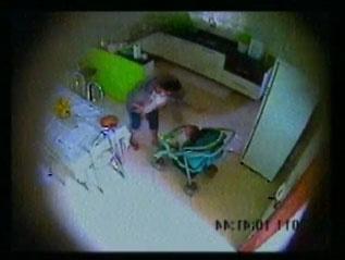 camera registra momento em que a criança é agredida pela babá -