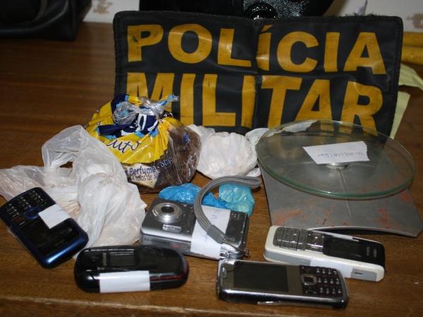 Droga, celulares e outros apreendidos no \'boca\'. - Crédito: Foto : S.Bronka