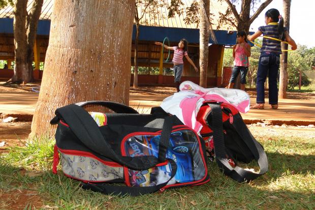Diretor mostra produtos recém apreendidos na escola da aldeia - Crédito: Foto: Hédio Fazan/PROGRESSO