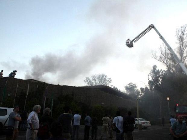 Fumaça ergue-se em Trípoli nesta quinta-feira - Crédito: Foto: Reuters