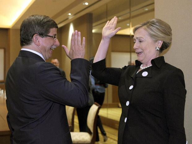 A secretária de Estado dos EUA, Hillary Clinton, e o chanceler da Turquia, Ahmet Davutoglu, dão um cumprimento \'high five\' nesta quinta-feira - Crédito: Foto: AP